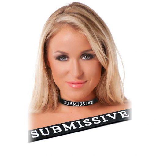 koppel halsband för bdsm med texten submissive